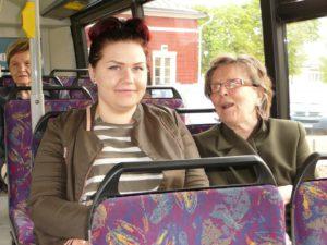 Linja-autolla Matkustettiin Yhdessä Laurinkodin Väen Kanssa.